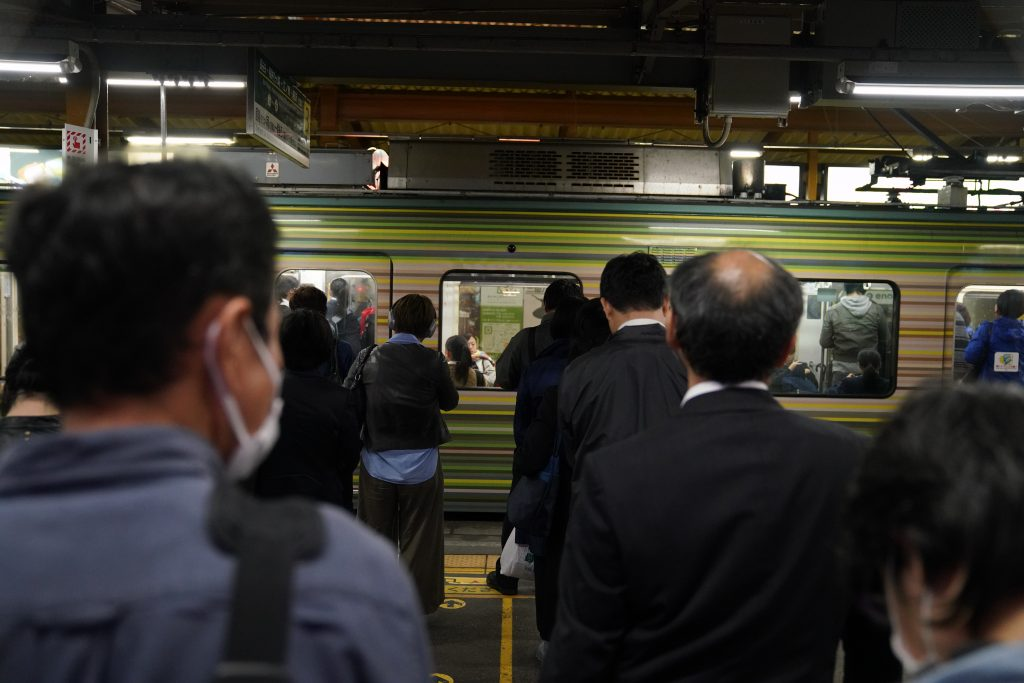picture of people waiting for subway in kyoto