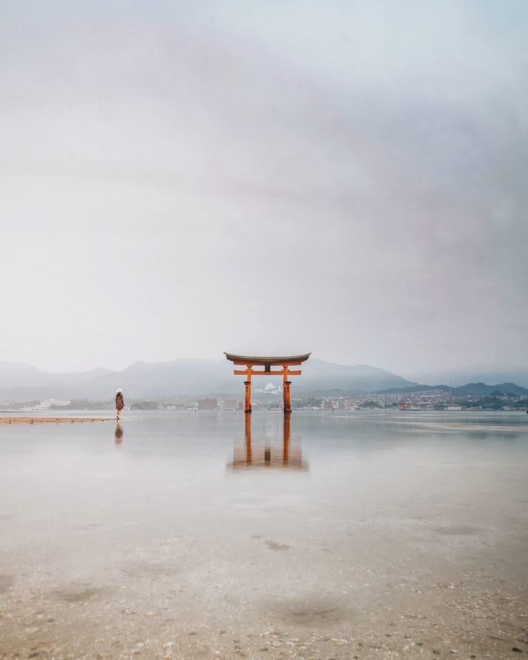 picture of itsukushima shrine at miyajima island