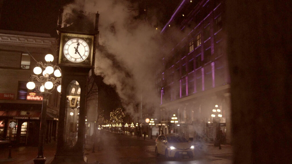 image of the steamclock in gaslamp district of vancouver at night